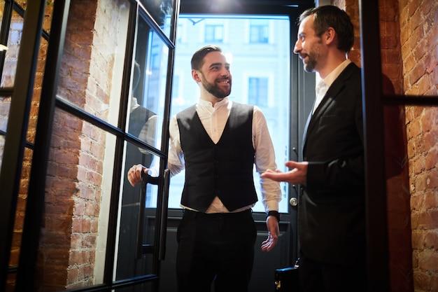 Dwóch ludzi biznesu wchodzących do restauracji