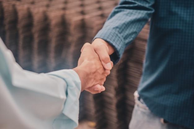 Dwóch ludzi biznesu zespół uścisnąć dłoń zgoda budynku projekt budowlany