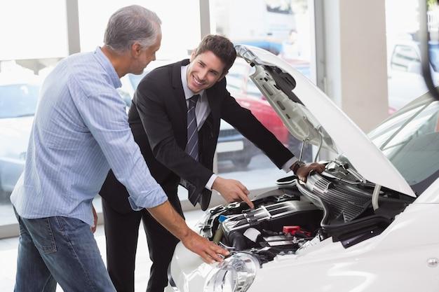 Dwóch mężczyzn, patrząc na silnik samochodu