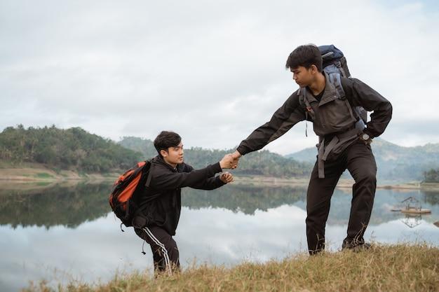 Dwóch mężczyzn pieszych w górach
