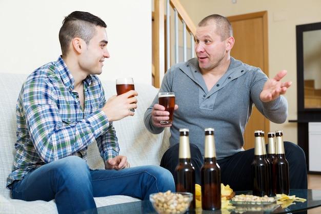 Dwóch mężczyzn pijących piwo