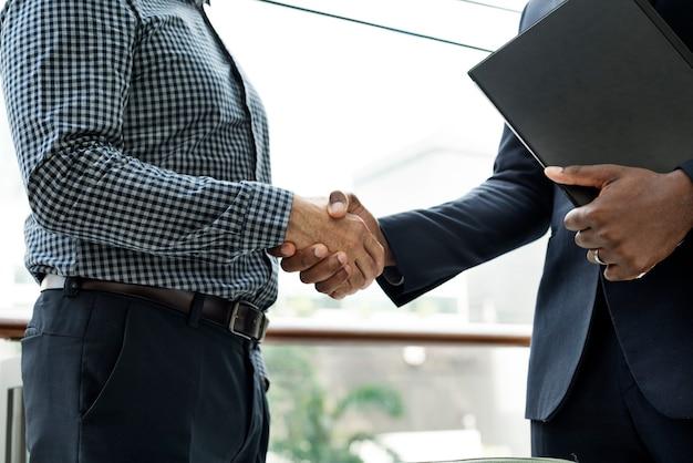Dwóch mężczyzn ściskających dłonie