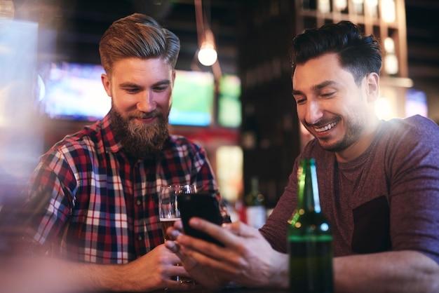 Dwóch mężczyzn spędzających razem czas w pubie