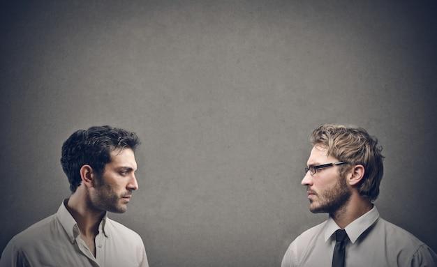 Dwóch mężczyzn twarzą w twarz
