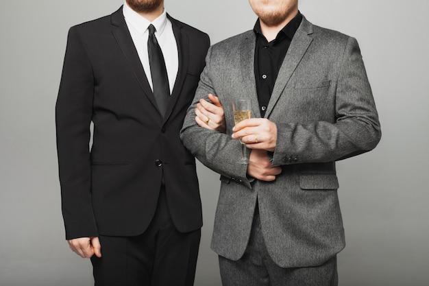 Dwóch mężczyzn w garniturze na ślubie lgbt
