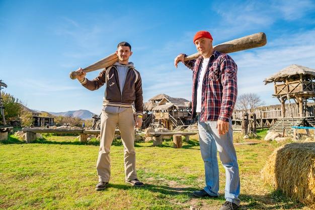 Dwóch mężczyzn z nietoperzami w naturze