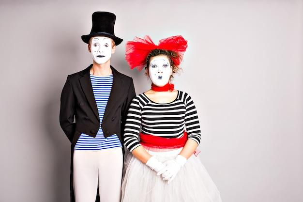 Dwóch mimów, mężczyzna i kobieta. koncepcja prima aprilis.