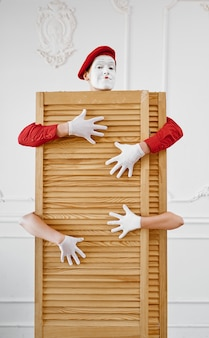 Dwóch mimów, scena z drewnianą przegrodą