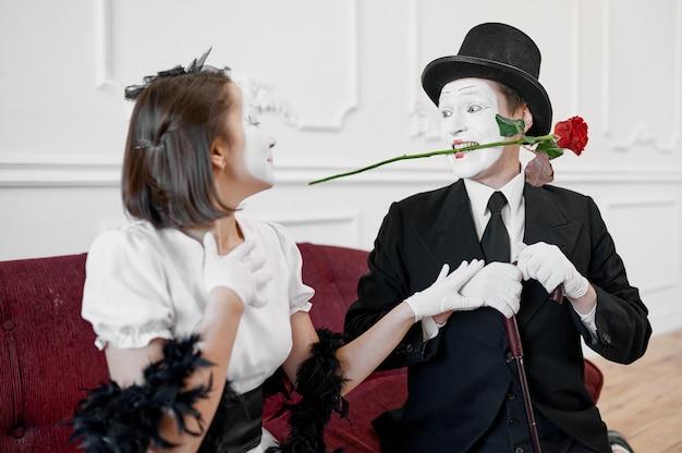 Dwóch mimów, zakochana para, scena z różą