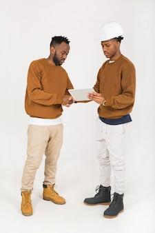 Dwóch młodych afrykańskich inżynierów dyskutuje