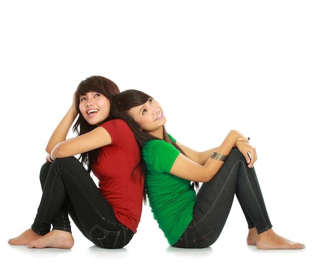 Dwóch młodych azjatyckich kobiet myślenia