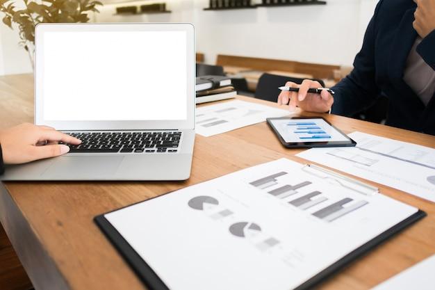 Dwóch młodych biznesmenów dyskusji z pustym ekranie laptopa