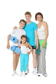 Dwóch młodych chłopców z mamą i małą dziewczynką ze sprzętem sportowym