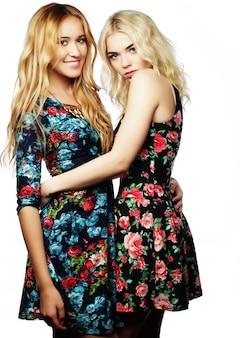Dwóch młodych kobiet przyjaciół stojących razem i zabawy.
