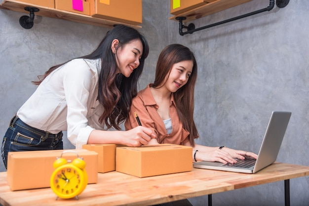 Dwóch młodych ludzi azjatyckich uruchamiania małych przedsiębiorstw przedsiębiorca mśp dystrybucji magazynu