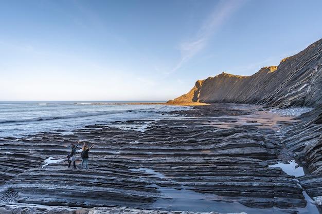 Dwóch młodych ludzi pod wrażeniem na wybrzeżu sakoneta