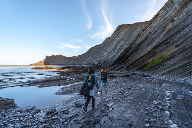 Dwóch młodych ludzi zwiedzających geopark wybrzeża sakoneta pewnego ranka