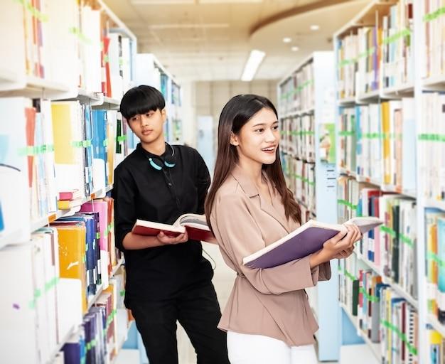 Dwóch młodych nastolatków poszukujących danych do egzaminu