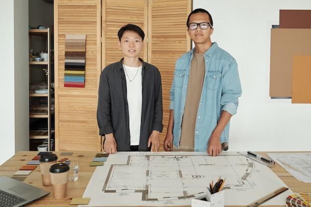 Dwóch młodych, odnoszących sukcesy inżynierów stojących w miejscu pracy