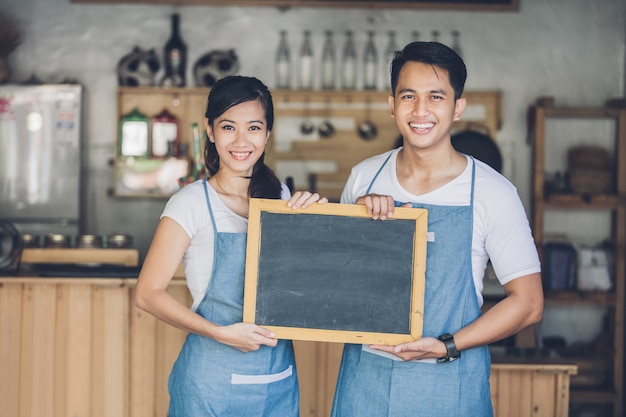 Dwóch młodych partnerów biznesowych otwiera kawiarnię