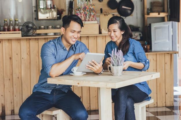 Dwóch młodych partnerów biznesowych za pomocą tabletu razem