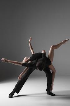 Dwóch młodych współczesnych tancerzy baletowych