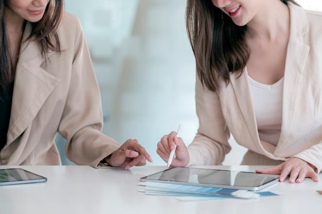 Dwóch młodych współpracowników pracujących razem w nowoczesnym biurze