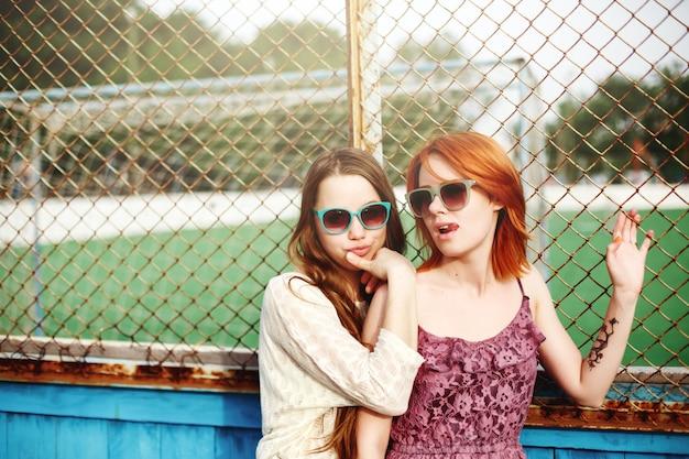 Dwóch najlepszych przyjaciół młodych dziewcząt