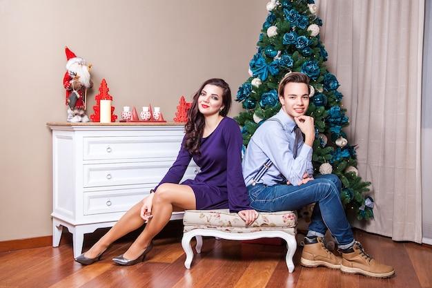 Dwóch najlepszych przyjaciół patrzących w kamerę z uśmiechniętymi zębami i pozujących do świątecznego zdjęcia