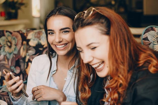 Dwóch najlepszych przyjaciół się śmieje