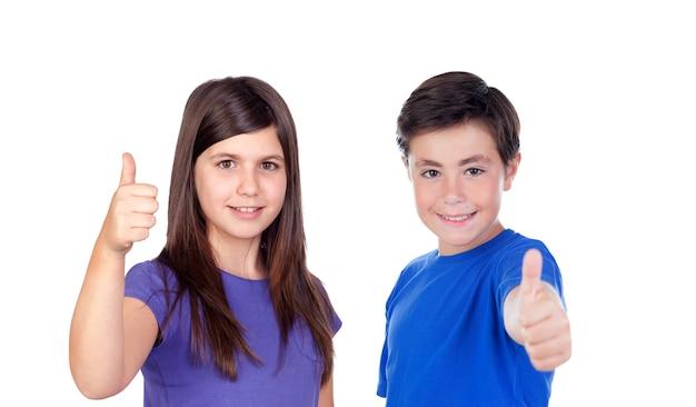 Dwóch nastolatków mówi ok na białym tle na białym tle
