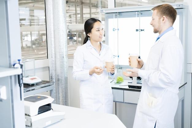 Dwóch naukowców robi sobie przerwę