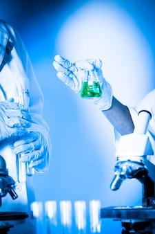 Dwóch naukowców w laboratorium chemicznym przeprowadza eksperymenty