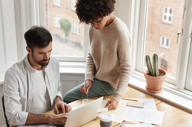 Dwóch odnoszących sukcesy współpracowników pracujących w domu