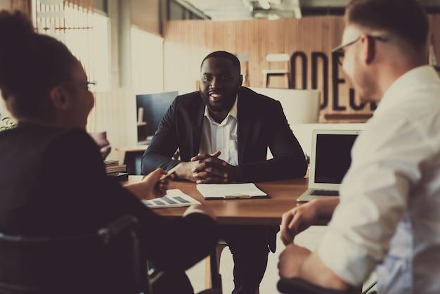 Dwóch osobistych rekruterów rozmawia z nowym pracownikiem