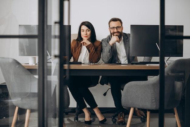 Dwóch partnerów biznesowych pracujących razem w biurze