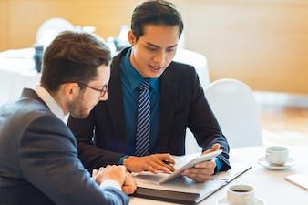 Dwóch partnerów biznesowych zajmujących się treścią dyskutujących o problemie