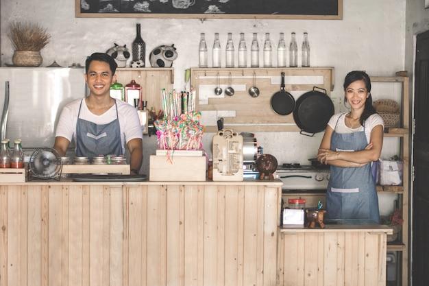 Dwóch pracowników cafe w pracy