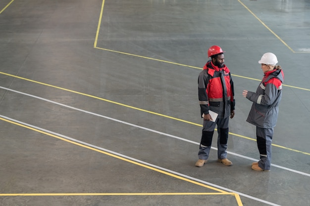 Dwóch pracowników fabryki na czacie