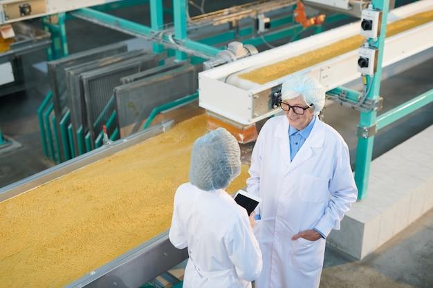 Dwóch pracowników fabryki na linii produkcyjnej