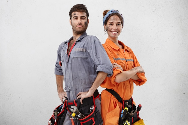 Dwóch pracowników usług jest zadowolonych i dumnych
