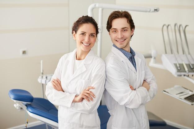 Dwóch profesjonalnych dentystów