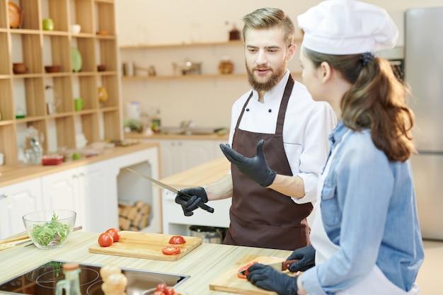 Dwóch profesjonalnych kucharzy gotujących w kawiarni
