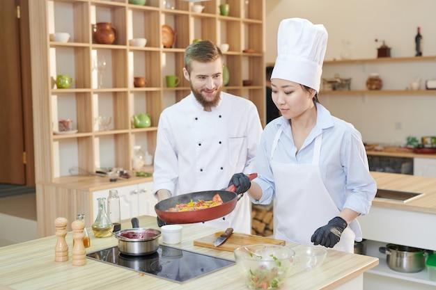 Dwóch profesjonalnych kucharzy w pracy