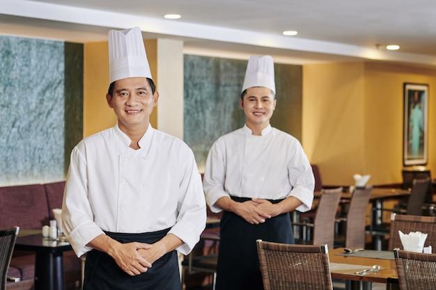 Dwóch profesjonalnych szefów kuchni w restauracji