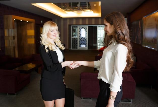 Dwóch przedsiębiorców uścisk dłoni w nowoczesnym biurze