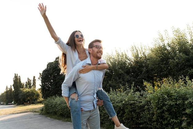 Dwóch przyjaciół bawi się razem na świeżym powietrzu podczas jazdy na barana