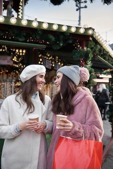 Dwóch przyjaciół dobrze się bawi na jarmarku bożonarodzeniowym