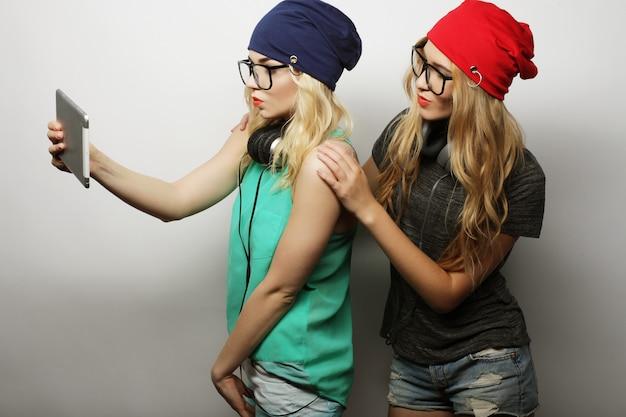 Dwóch przyjaciół dziewczyny hipster biorąc selfie