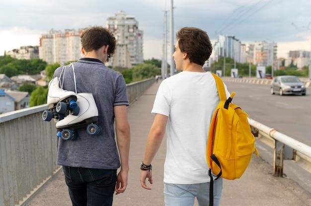 Dwóch przyjaciół płci męskiej spędzających razem czas na świeżym powietrzu
